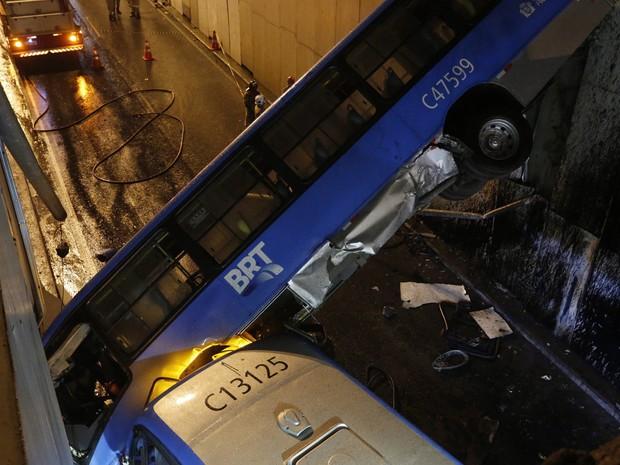 Ônibus cai em viaduto próximo a Cidade das Artes, na Barra, neste sábado (20) (Foto: Fabio Rossi / Agencia O Globo)