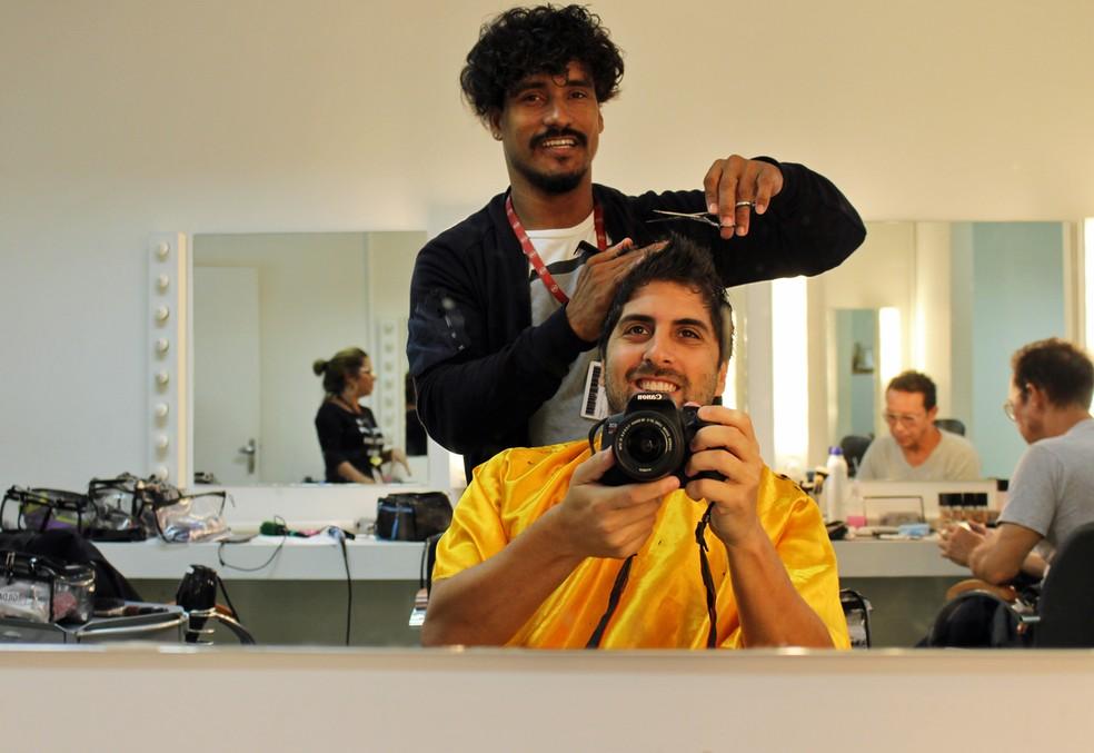 Gabriel fotografa enquanto o cabeleireiro Cosme retoca seu corte (Foto: TV Globo)