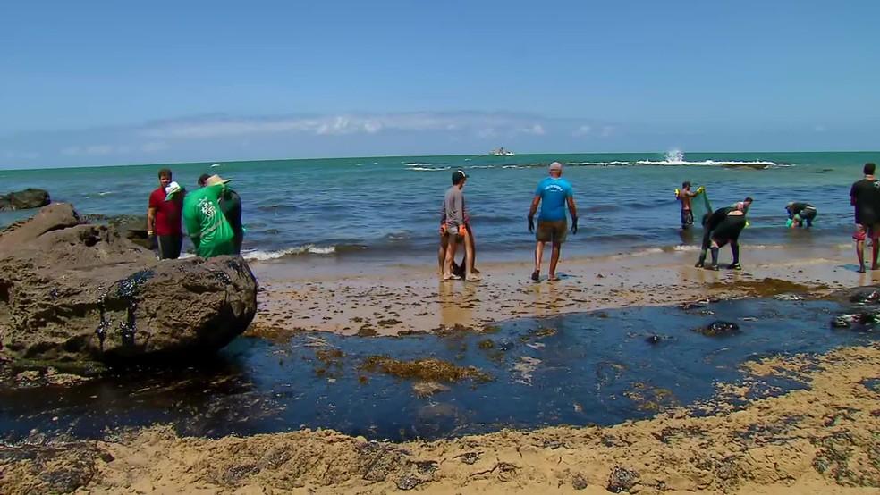Praia de Itapuama, no Litoral Sul de Pernambuco, foi atingida por manchas de óleo — Foto: Reprodução/TV Globo