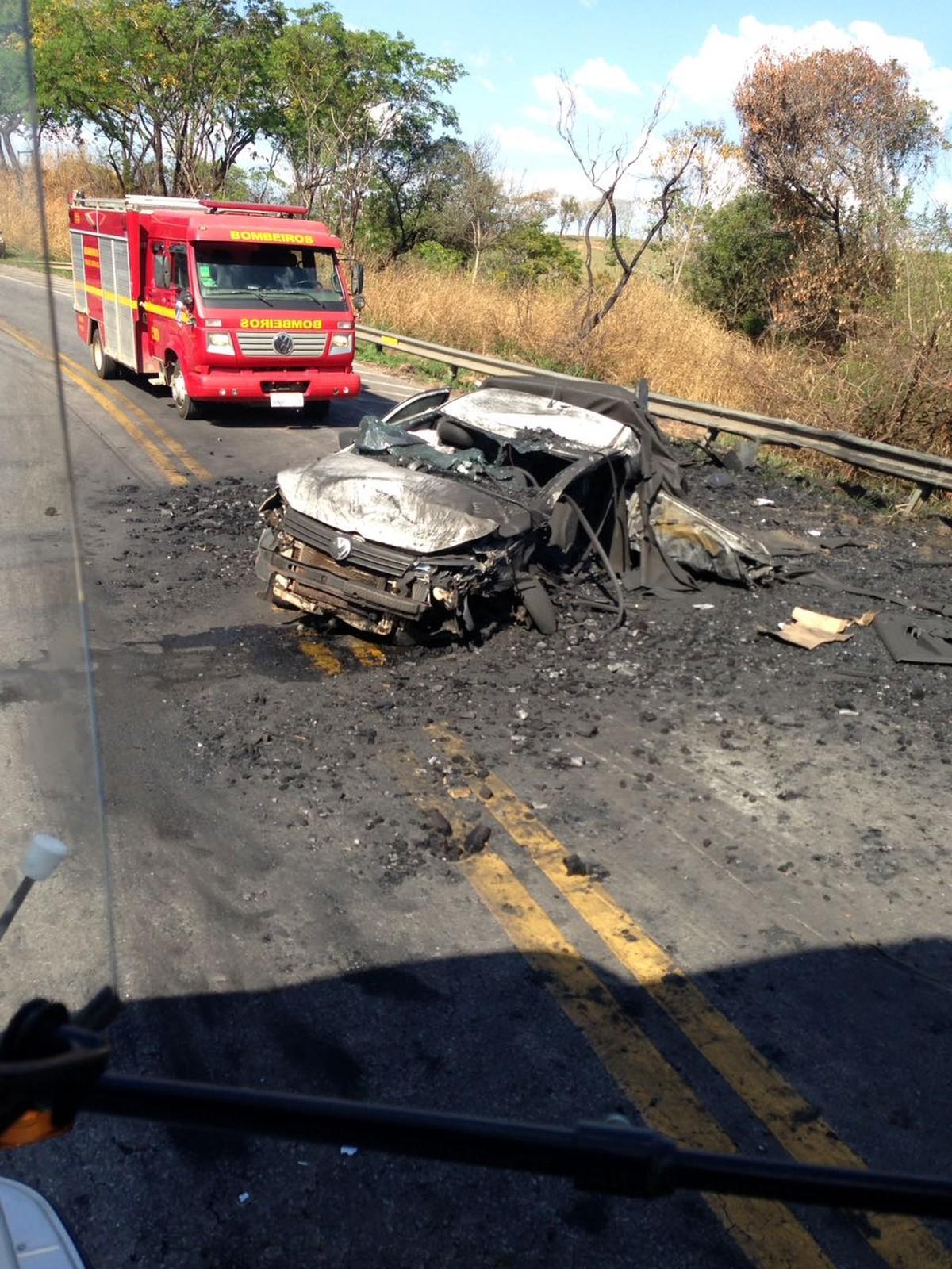 Carreta carregada de carvão tomba em cima de caminhonete entre Divinópolis e Nova Serrana
