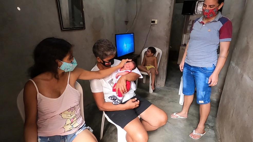 O filho de Adriana nasceu em casa com três quilos e muita saúde — Foto: Reprodução/TV Globo