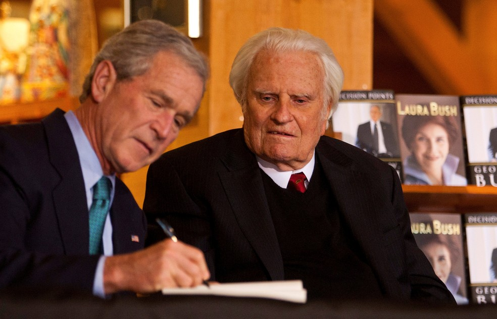 Ex-presidente dos EUA, George W. Bush, autografa livro para Billy Graham na biblioteca Billy Graham, em Charlotte (Foto: Chris Keane/Reuters/File Photo)