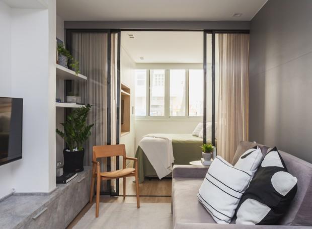 De uma lado o conforto, do outro, a praticidade. O arquiteto teve essa preocupação ao posicionar o sofá e a cama de um lado, e os compartimentos funcionais do outro (Foto: Divulgação)