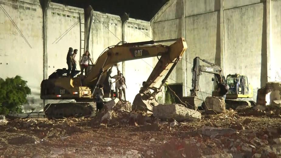Sob protesto, demolição de armazéns no Cais José Estelita é retomada pelo Consórcio Novo Recife