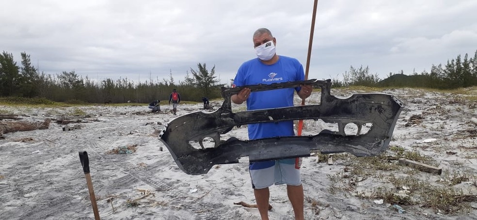 Mergulhador de Arraial mostra peça de carro encontrada no mar — Foto: Divulgação