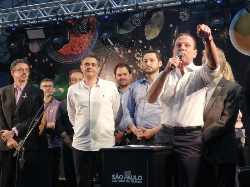 João Doria faz discurso sob protesto em Taubaté — Foto: Tiago Bezerra/ TV Vanguarda