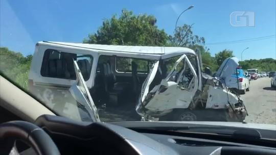 Colisão entre carro e van deixa 17 feridos na RJ-102, em Búzios