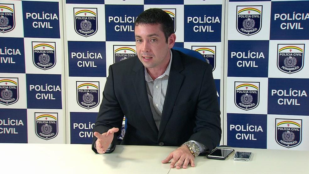 Delegado Carlos Couto detalhou prisão de suspeitos de balear policial militar da Paraíba — Foto: Reprodução/TV Globo