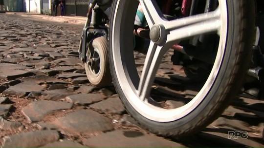 Instituto GRPCOM de Foz entrega cadeira de rodas para organização