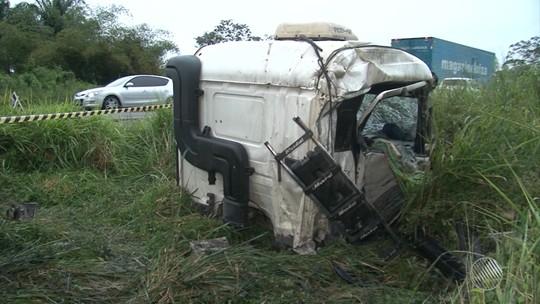 Cabine de caminhão se solta após batida com carreta na BA; motorista morre