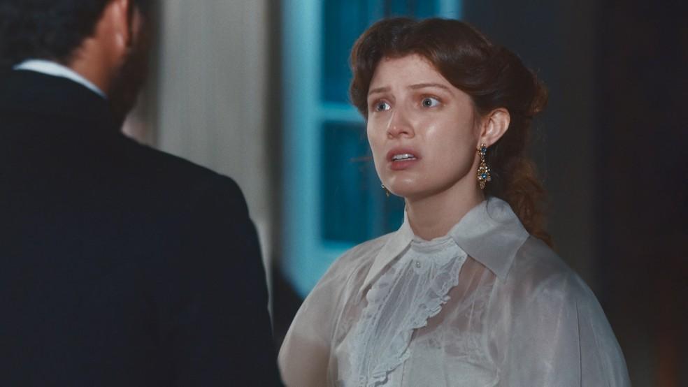 Isabel (Giulia Gayoso) não aceitará se casar e viver longe de Pierre (Gabriel Falcão) em 'Nos Tempos do Imperador' — Foto: Globo