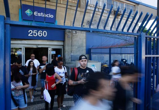 Saída de candidatos no segundo dia de provas do Enem na universidade Estácio de Sá (Foto: Fernando Frazão/Agência Brasil)