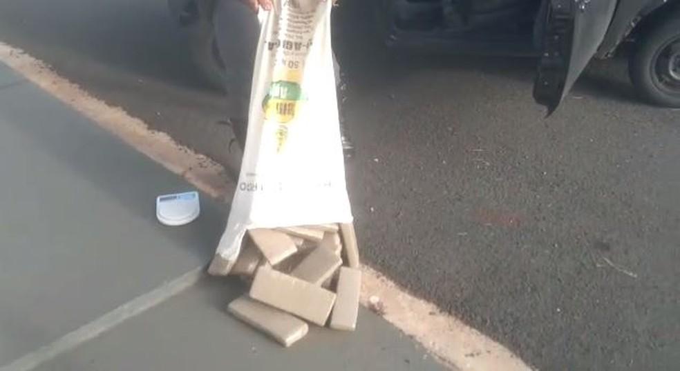 Tijolos de maconha estavam escondidos em mala e saco — Foto: Polícia Militar Rodoviária/Divulgação