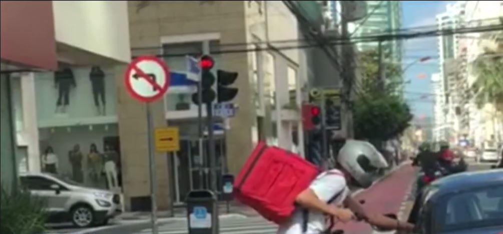 Vídeo mostra assalto a motorista de carro de luxo durante parada no sinal em Balneário Camboriú