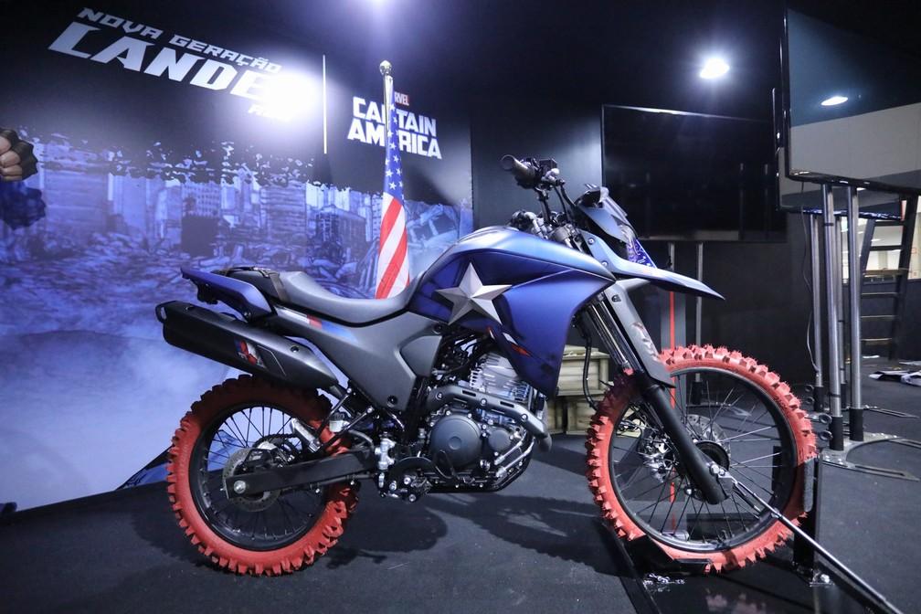 Yamaha Lander 250 inspirada no Capitão América — Foto: Fábio Tito/G1