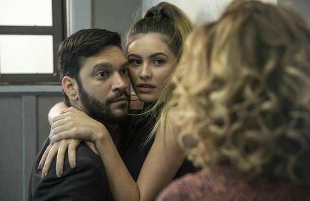 Na quinta-feira (14), Eugênia (Helena Fernandes) flagrará Diogo com Jeniffer (Nathalia Altenbernd) (Foto: TV Globo)