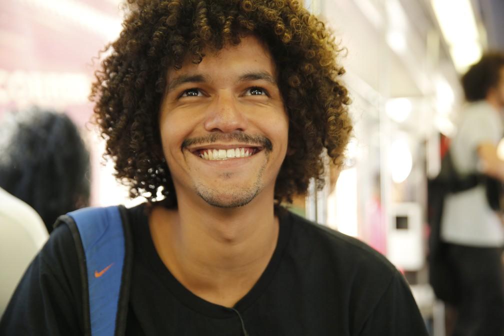 Música diz que tem que estar sempre feliz para cativar os passageiros — Foto: Jorge Soares/G1
