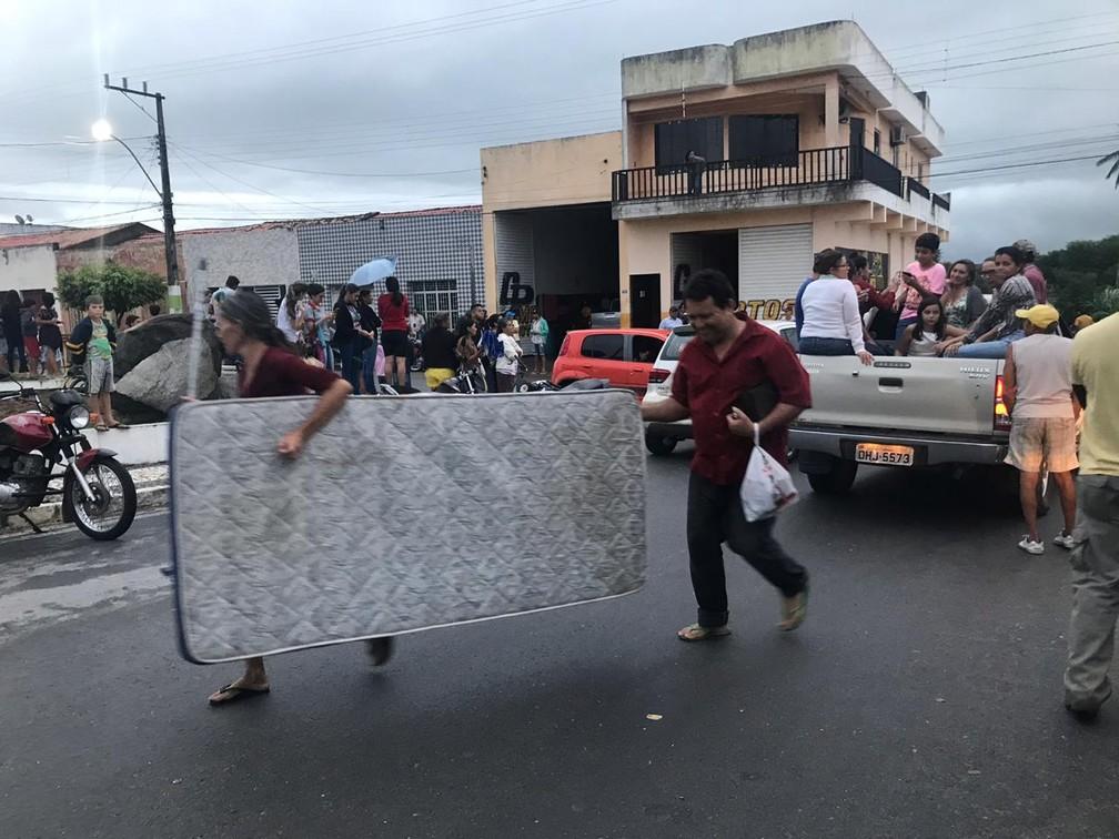 Moradores de Coronel João Sá iniciam evacuação da cidade após orientação do Corpo de Bombeiros por novo risco de rompimento de barragem — Foto: Alan Tiago Alves/G1