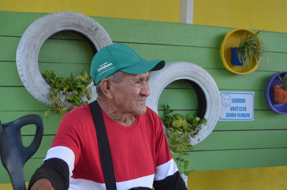 Idoso Jesus Fonseca esperando ônibus em Macapá — Foto: Caio Coutinho/G1