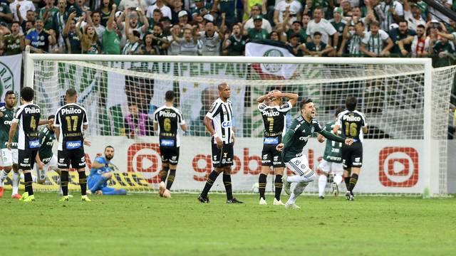 Victor Luis comemora o terceiro gol do Palmeiras contra o Santos