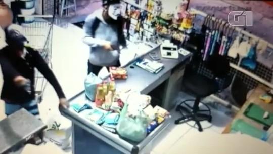 Vídeo mostra suspeito mascarado assaltando comércio e fugindo após matar idoso