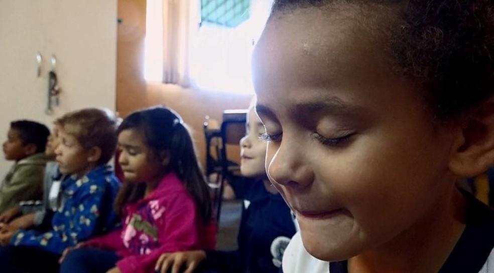Crianças praticam meditação, em imagem de arquivo — Foto: TV Globo/ Reprodução