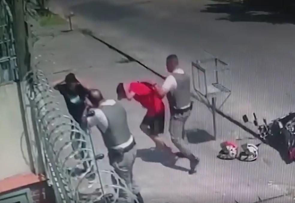 Бразильские полицейские останавливают и избивают двух подростков на мотоцикле (видео)