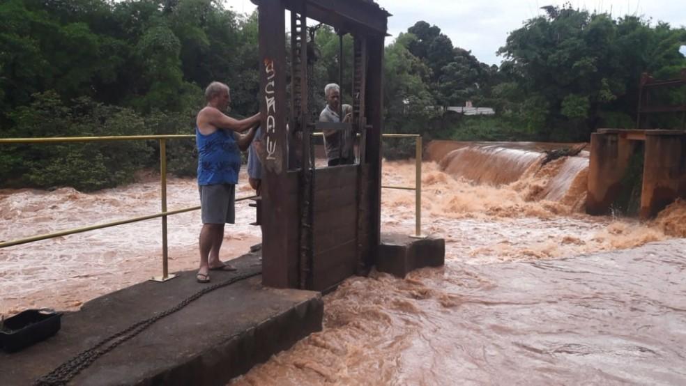 A Defesa Civil Municipal até abriu as comportas da represa que fica no Centro da cidade para que a água escoe mais rápido — Foto: VC no ES1