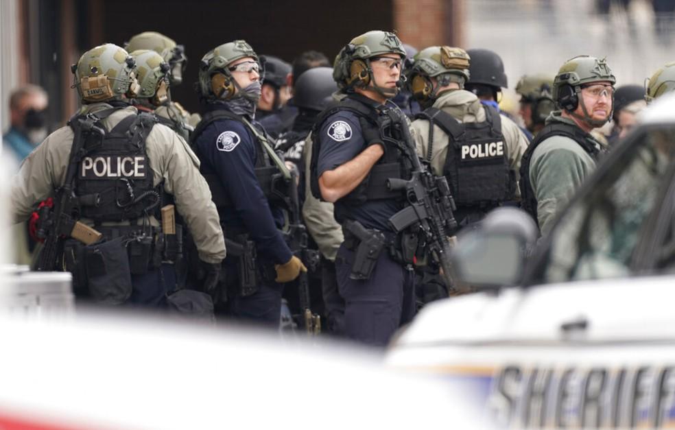 Policiais atendem a ocorrência com tiroteio em mercado de Boulder, no Colorado (EUA), nesta segunda (22) — Foto: David Zalubowski/AP Photo