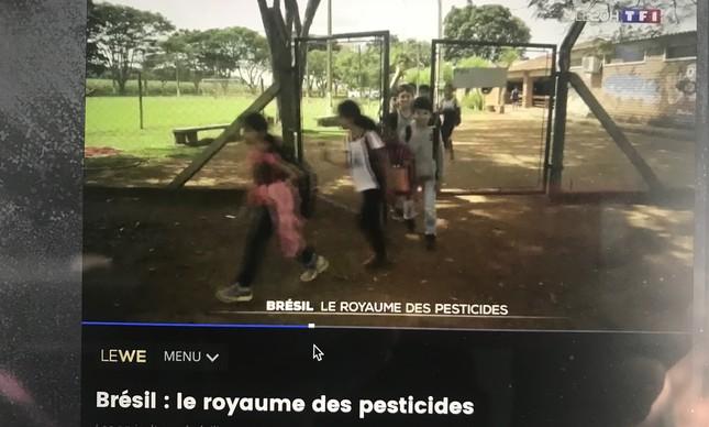 Escola junto à plantação que recebe pesticidas. Alunos foram intoxicados seriamente, segundo professor.