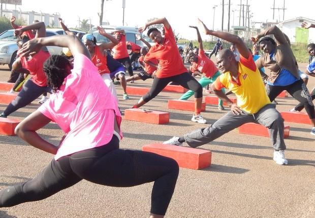 Alguns ugandenses se organizam para praticar atividades físicas - mas muitos a fazem sem perceber (Foto: Divulgação BBC)