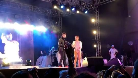 Claudia Leitte, técnica do The Voice Kids, divide o palco com o cantor Vitor Ferraz em Nova Friburgo, no RJ