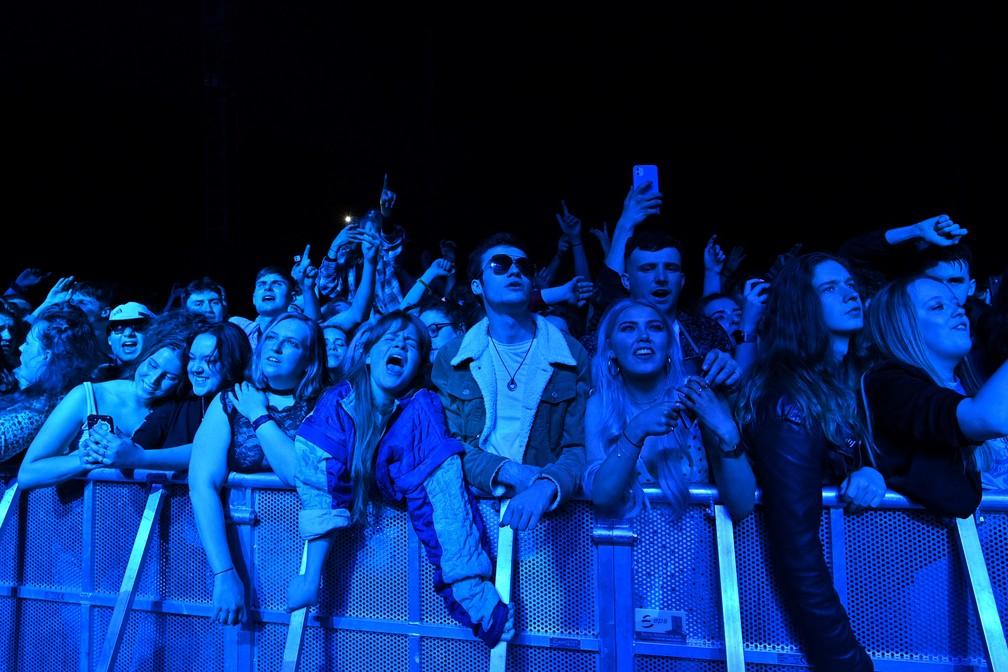 Fãs assistem apresentação da banda Blossom durante o Festival Republic, em Liverpool, onde foi realizado um evento-teste sem máscaras e distanciamento — Foto: Paul ELLIS / AFP