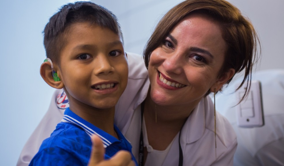 Pedro Ezequiel pode ouvir depois de receber aparelho auditivo — Foto: Divulgação