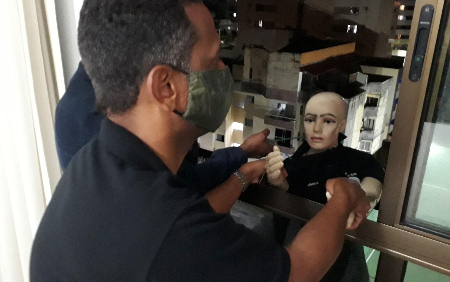 Polícia faz reconstituição do caso da médica que caiu de prédio durante briga com companheiro em Salvador