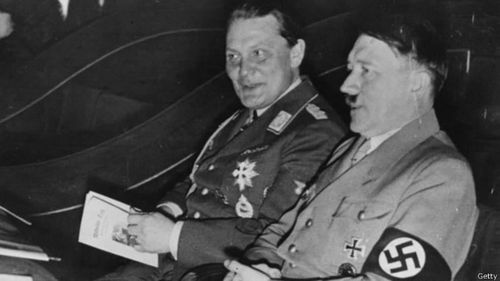Göring, o superministro de Hitler, aparece com o Fuhrer em foto de 1934  (Foto: Arquivo/Getty)