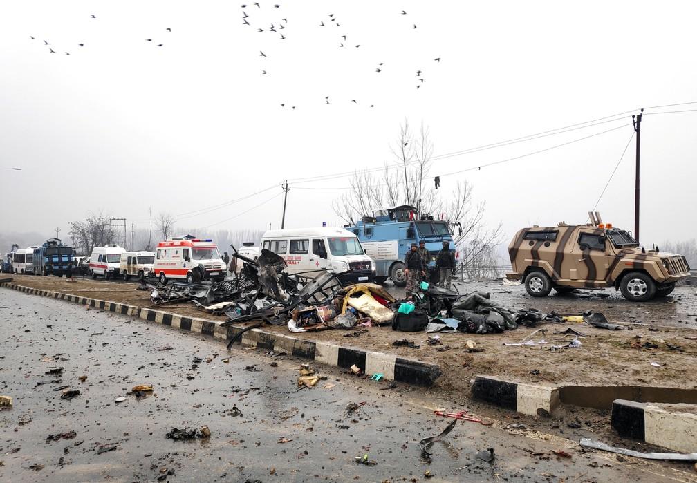 Soldado indiano examinam destroços de veículos atingidos por explosão de carro-bomba nesta quinta-feira (14) na Caxemira — Foto: Younis Khaliq/Reuters