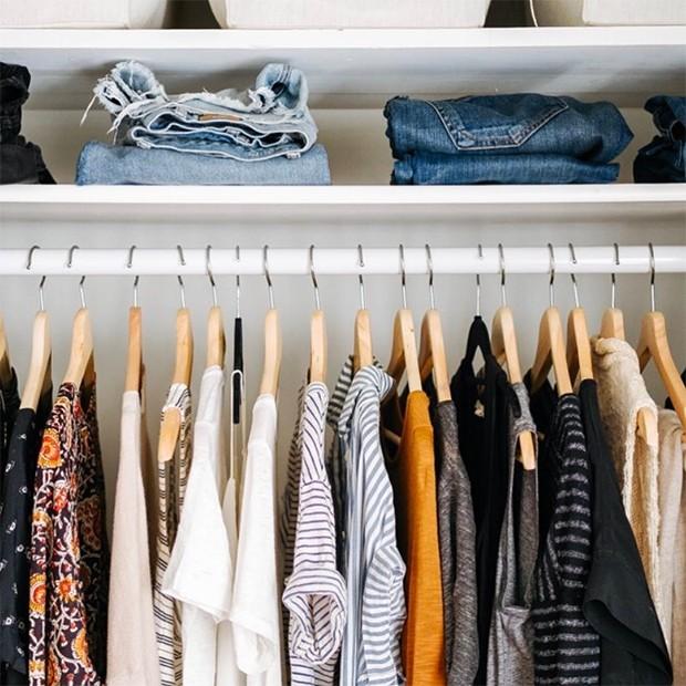 Guarda-roupa minimalista não significa um armário sem cores ou estampas (Foto: Instagram / @caroline_joy)