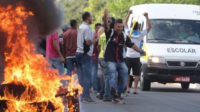 Contra o preço do combustível, manifestantes atearam fogo em pneus para fechar via em Brasília, em 2018 (Foto: FABIO POZZEBOM / AGÊNCIA BRASIL)