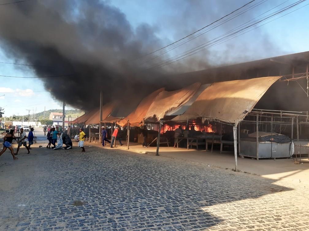 Incêndio atinge Centro de Abastecimento em Ipiaú — Foto: Giro Ipiaú