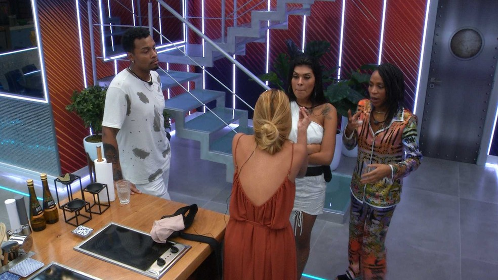 Karol Conká questiona Kerline sobre Lucas — Foto: Globo