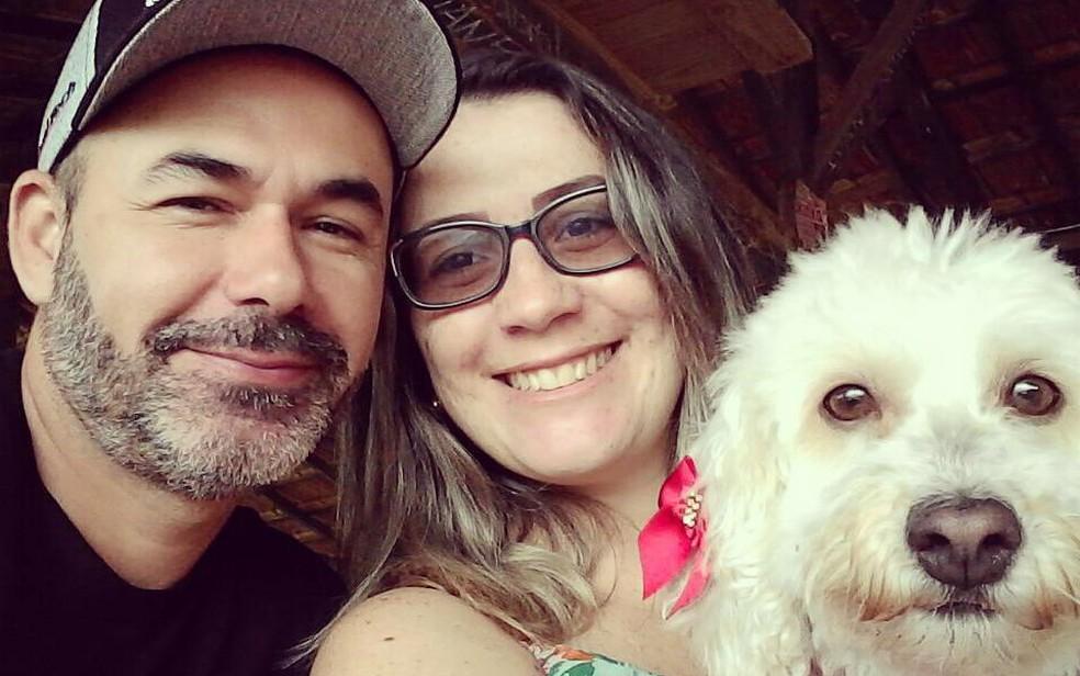 Família nova: Christian Quiles, Lucélia Ganda e a cadelinha Lua (Foto: Lucélia Ganda/Arquivo Pessoal)