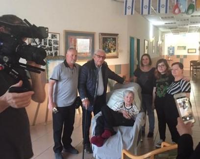 Salva durante o Holocausto quando era uma bebê, mulher reencontra o homem que a ajudou após décadas
