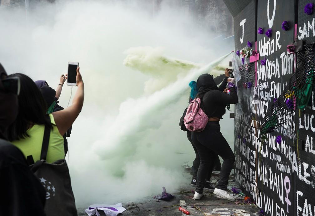 Mulheres enfrentam policiais que atiram gás lacrimogêneo durante protesto do Dia da Mulher, no México, em 8 de março de 2021 — Foto: Toya Sarno Jordan/Reuters