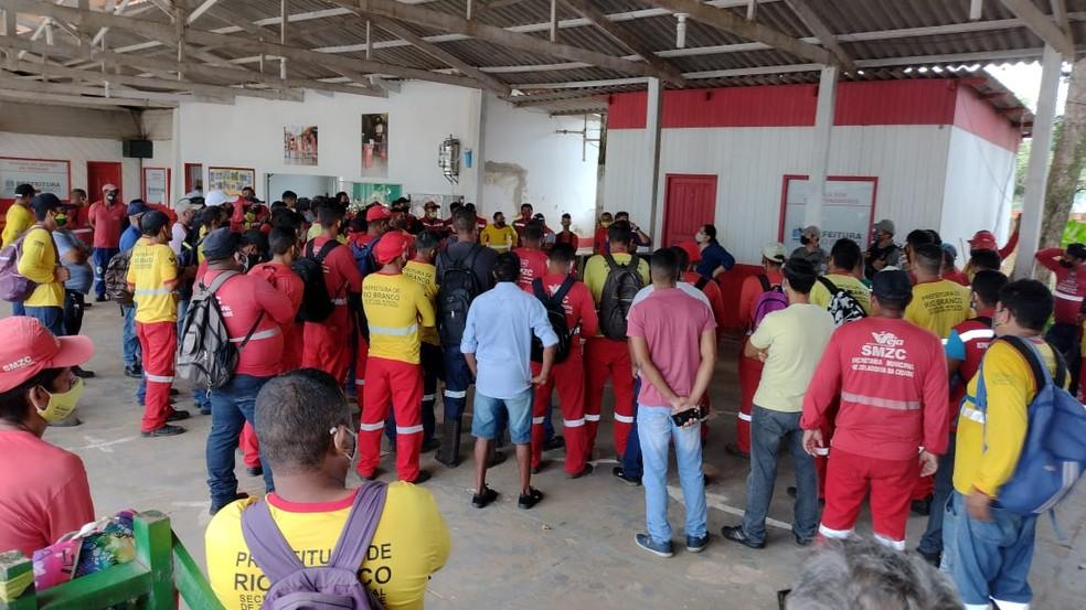 Grupo se concentra em frente da Secretaria Municipal de Zeladoria nesta terça-feira (16) — Foto: Lidson Almeida/Rede Amazônica