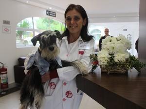 Idealizadora do projeto trabalha há 20 anos com pet terapia  (Foto: Rafaella Mendes/G1)