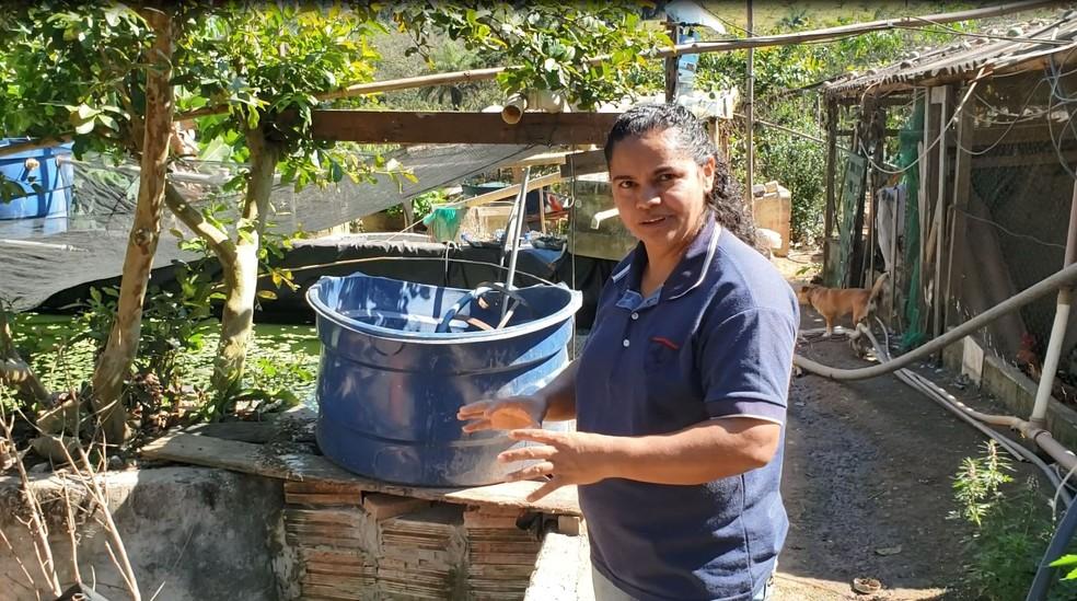 Maria Betânia investiu, em dez anos, mais de R$ 300 mil para vender peixes. Produção está parada desde rompimento da barragem — Foto: Patrícia Fiúza