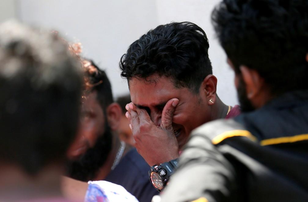 Parente de uma vítima da explosão no Santuário de Santo Antônio, a igreja de Kochchikade, chora no necrotério da polícia em Colombo, no Sri Lanka — Foto: Dinuka Liyanawatte/Reuters
