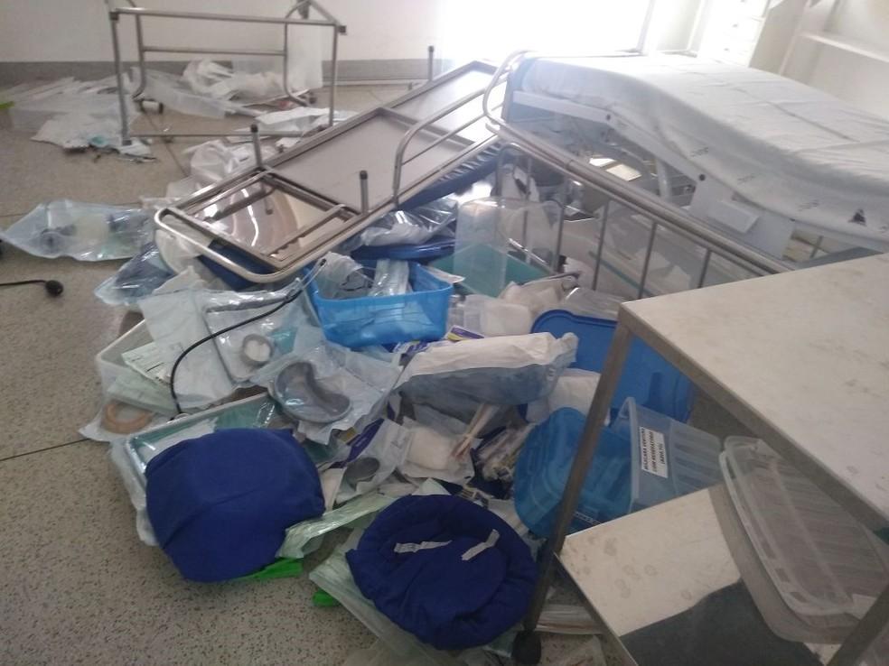 Mulher jogou macas, cadeiras e outros objetos no chão em hospital de Castilho (Foto: Reprodução/TV TEM)