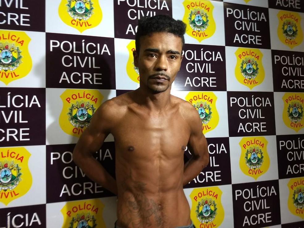André de Souza Martins, de 28 anos, foi encontrado com uma pistola ponto 40 na Estrada de Porto Acre  (Foto: Aline Nascimento/G1)
